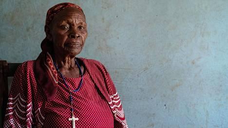 """Tyttöjä ammatikseen silponeelle Annah Nyanchanna Onyiegolle, 80, on kerrottu silpomisen vakavista terveyshaitoista. Hän ei usko viranomaisia ja kansalaisjärjestöjä """"Sellaiset tutkimukset ovat höpöhöpöä."""""""