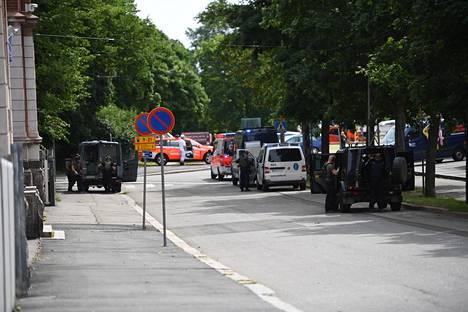Kaupunginteatterille saapui maanantaina useita pelastus- ja poliisiyksikköjä selvittämään räjähdysonnettomuutta.