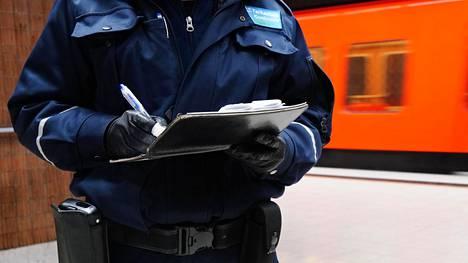 Lipuntarkastaja metrotunnelissa.