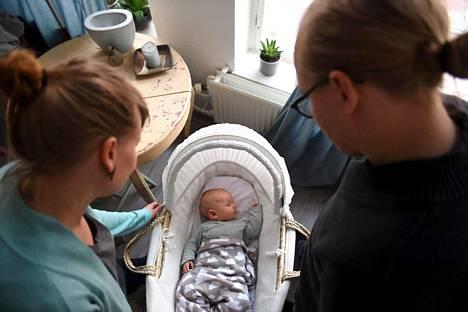 Mikä vauvalle nimeksi? Sitä tuoreet vanhemmat pääsevät pohtimaan.