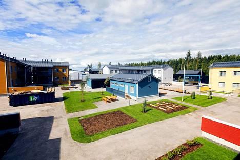 Tuusulassa BoKlok-konseptin Tähtipolku-taloyhtiön (kohde 9–11) yhteispiha. Sinisessä rakennuksessa on asukkaiden yhteissauna.