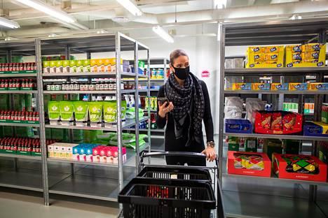 Foodora avaa Itä-Pasilaan varastomyymälän, josta asiakkaiden tilaukset kerätään. Projektijohtaja Miia Vento näyttää, kuinka varastotyöntekijät kokoavat elintarviketilauksia.