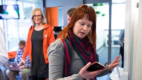Siilillä scrum masterina eli eräänlaisena projektipäällikkönä työskentelevä Sanna Koivu tekee toisinaan kymmentuntisia päiviä ja toisinaan vain muutaman tunnin päiviä.