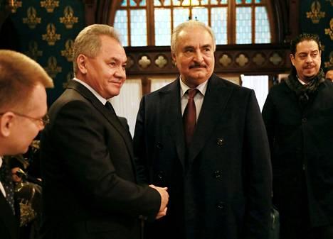 Libyalainen sotapäällikkö Khalifa Haftar (oik.) tapasi Venäjän puolustusministeri Sergei Šoigun ennen aseleposopimusneuvottelujen alkua Moskovassa maanantaina.