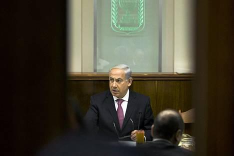 Pääministeri Benjamin Netanjahu puristi Israelin hallitukselta päätöksen palestiinalaisvankien vapauttamisesta.