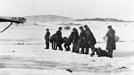 Norjalaisen ambulanssilääkäri Harald Natvigin kuvasi punaisten teloituksen keväällä 1918. Hän esiintyy Anneli Kannon romaanissa.
