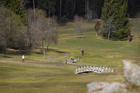 Sipoo kuuluu pääkaupunkiseudun kasvaviin ympäryskuntiin. Pelaajia Nevaksen golfkentällä Sipoossa.