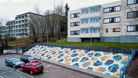 """""""Kauklahti on vanhan hansakorttelin tyylinen alue. Suunnittelimme rinteeseen kaikkea aina hannunvaakunasta lähtien"""", kertoo Espoon Asunnot oy:n viherhoidon asiantuntija Risto Vuori."""