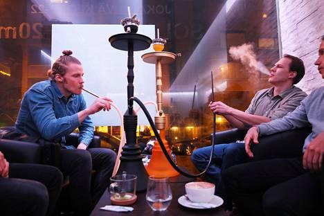 Asiakkaat Aapo Kotkavuori (vasemmalla), Pekka Pulkkinen (nurkassa) ja Janne Lardot polttivat shisha-piippua perjantai-iltana Shisha Deluxsessa. Makuina vihreä omena ja sitruuna.