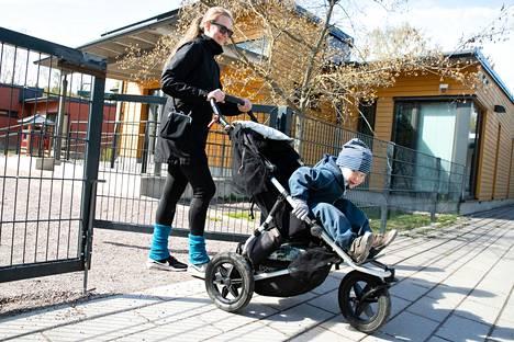 Suvi Saarela haki poikansa Paavo Laaksosen päiväkoti Korallista Helsingin Vuosaaresta. Suuri osa lapsista palaa päiväkoteihin samaan aikaan, kun koulut avautuvat torstaina.