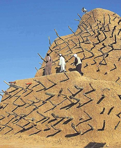 Muslimivierailijat kävivät Askian haudalla Pohjois-Malissa.