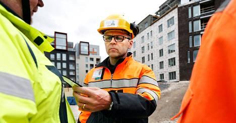 Matti Harjuniemi tarkasti työntekijän tunnistekortin VVO:n työmaalla Jätkäsaaressa viime viikolla.