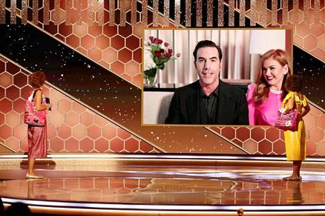 Koomikko Sacha Baron Cohen vastaanotti Borat-elokuvalleen parhaan elokuvan palkinnon komedia- ja musikaalielokuvan kategoriassa. Hänen vierellään oli puolisonsa, näyttelijä Isla Fisher.