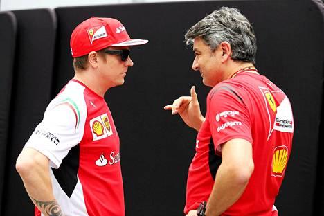 Kimi Räikkönen keskusteli tallipäällikkö Marco Mattiaccin kanssa ennen Brasilian osakilpailua 6. marraskuuta.