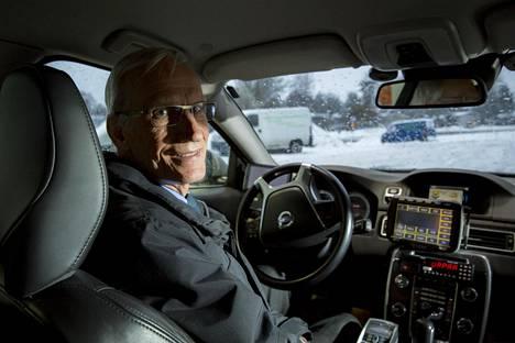 Raimo Myller Volvonsa ratissa. Myller ajaa pääasiassa Pohjois-Helsingissä.