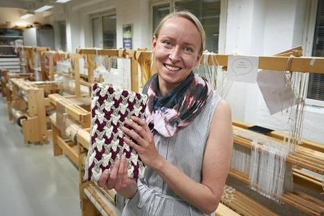 Marjaana Tanttu on tyytyväinen suunnittelemaansa ipad-suojaan.