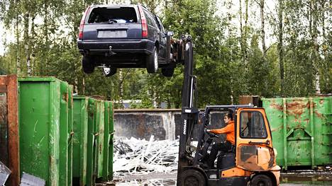 Tämän Volvon aika on koittanut. Joni Mustonen kuljettaa autoa kuivauspaikalle.