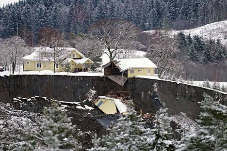 Useita koteja tuhoutui maanvyörymässä Oslon koillispuolella Gjerdrumin kunnassa varhain keskiviikkoaamuna. Perjantai-iltaan mennessä yksi ihminen oli löydetty onnettomuuspaikalta kuolleena ja yhdeksän ihmistä oli edelleen kateissa.