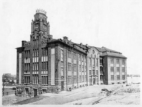 Yliopiston fysiikan laitos valmistui Siltavuorenpenkereelle vuonna 1909. Rakennuksen torni purettiin 1930-luvulla rakennetun lisäkerroksen myötä.
