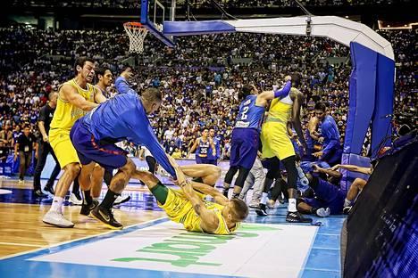 Sinipaitaisen Filippiinien ja keltapaitaisen Australian välinen koripallon MM-karsintaottelu karkasi pahasti käsistä heinäkuun alussa.