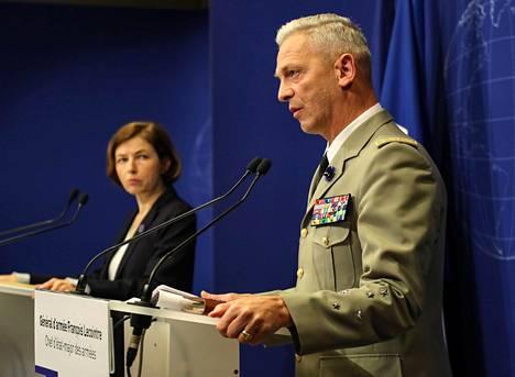 Ranskan puolustusministeri Florence Parly (vas.) ja maan asevoimien esikuntapäällikkö François Lecointre kertoivat operaatiosta tiedotustilaisuudessa perjantaina.