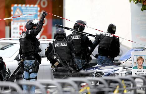 Saksalaiset poliisin erikoisjoukot palasivat ajoneuvoilleen panttivankitilanteen ratkettua.