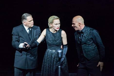 Esa Ahonen (Juan Perón, vas.), Helena Rängman (Evita) ja Marko Maunuksela (Che) tekevät vahvat roolitulkinnat Evita-musikaalissa.