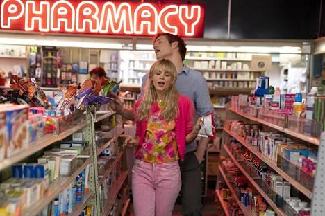 Cassandra (Carey Mulligan) on kostoretkellä. Bo Burnham esittää opiskelukaveria Ryania.