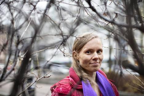 Kaunokirjallisuuden Finlandia-voittaja Anni Kytömäki Lapinlahden puistikossa.