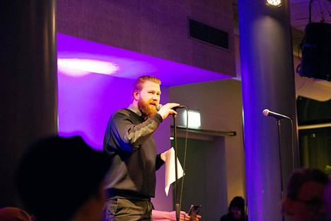 Harri Hertell tunnetaan lavarunoaktiivina. Kuva on Tenho Poetry Slam -tapahtumasta vuodelta 2018.