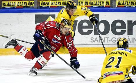 SaiPan Sam Lofquist yrittää kammeta HIFK:n Tomas Zaborskyn kumoon.