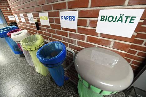 Jätteiden lajittelu tulee tiukkenemaan. Jätteiden lajittelua Santahaminan varuskunnassa.