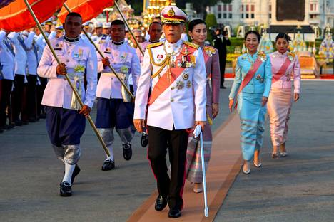 Thaimaan kuningas Rama X eli Maha Vajiralongkorn osallistui keskiviikkona 1900-luvun alussa hallinneen kuningas Rama V:n kuoleman 109-vuotismuistotilaisuuteen Bangkokissa. Kuninkaan takana matolla kävelee kuningatar Suthida.