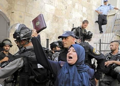 Palestiinalaisnainen huusi iskulauseita Koraani kädessä Israelin turvallisuusjoukoille Jerusalemin Temppelivuorella.