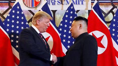 Donald Trump ja Kim Jong-un tervehtivät toisiaan keskiviikkona Hanoin hotelli Metropolisissa.