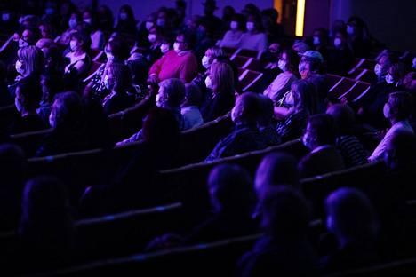Maskein varustettua yleisöä Kulttuuritalossa Club for five -lauluyhtyeen 20-vuotisjuhlakonsertissa viime lokakuussa.