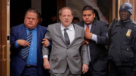 Harvey Weinstein poistumassa oikeudesta New Yorkissa 6. joulukuuta.