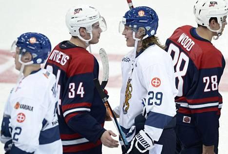 Patrik Laine (29) ja Auston Matthews kättelivät Helsingissä viime viikolla pelatun harjoitusottelun jälkeen.
