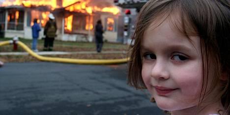 Zoë Rothin (kuvassa) isä, Dave Roth, otti kuvan palokunnan hallitun palon edestä vuonna 2005.