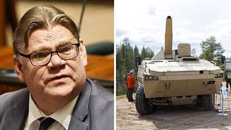 Ulkoministeri Timo Soini. Oikealla Patria AMV -ajoneuvo Rovajärvellä.