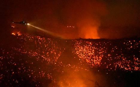 Helikopteri lensi paloalueen yli Calabasasissa lauantaina.