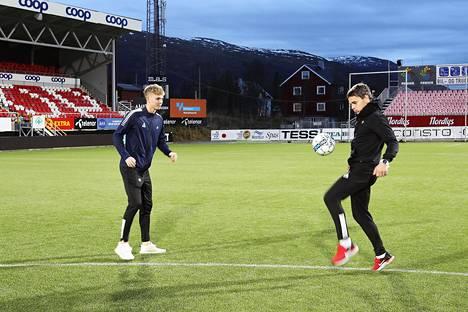 Keskikenttäpelaaja Onni Valakari ja valmentajaisä Simo Valakari pomputtelivat Tromssan stadionilla.