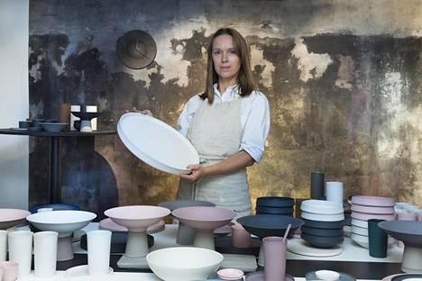 Mariana Laan suunnittelee ja valmistaa Nüüd-keramiikkastudiossaan käyttötavaroita käsityönä.