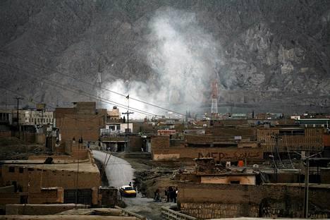 Savu nousee Ouettan shiiojen asuinalueella pommi-iskujen jälkeen lauantaina.