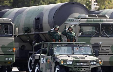 Kiinan ydinohjusjoukot osallistuivat kansanarmeijan 60-vuotisparaatiin Pekingissä lokakuussa 2009.