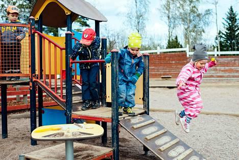 Kasperi Nenonen (vas.), Eero Malmivuo, Eelis Savolainen ja Maria Robertsson leikkivät Tenava-päiväkodissa Espoossa keskiviikkona.
