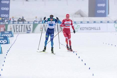 Venäjän Alexandr Bolšunov menetti hermonsa ja hakkasi Joni Mäkeä sauvalla ennen maaliintuloa Salpausselän miesten viestikilpailussa Lahdessa 24. tammikuuta.