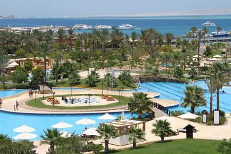 Hurghadan hotelleilla on laajat uima-allas- ja ranta-alueet Punaisenmeren äärellä.