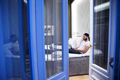 Kryptovaluutoilla rikastunut Alexander Hanhikoski on asunut vuoden päivät hotelleissa.