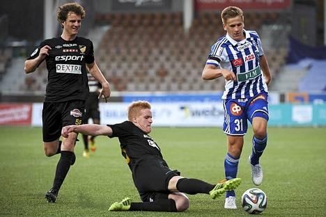 Dani Hatakka (kesk) taisteli viime kaudella muun muassa HJK:n Robin Lodin kanssa.